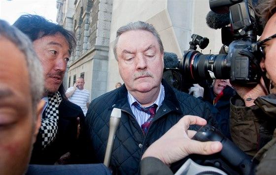 James McCormick před budovou londýnského soudu, kde nakonec dostal nepodmíněný trest 10 let vězení za podvod.