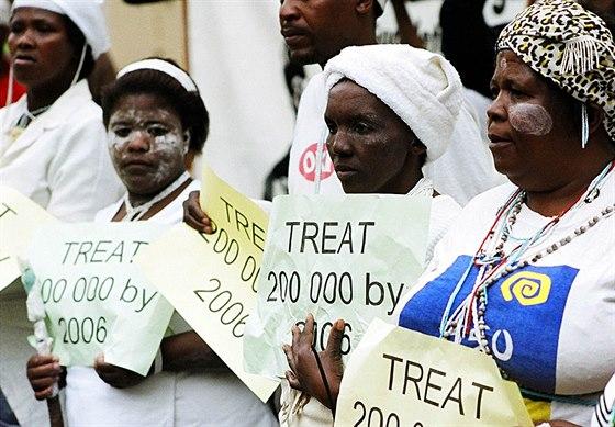 Demonstrace během soudu v Jižní Africe, který Rathovu nadaci donutil zastavit...