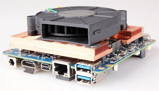 Výkonný procesor chladí bohužel hlučný ventilátor.