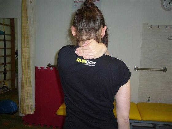 Test obtočení ruky kolem krku