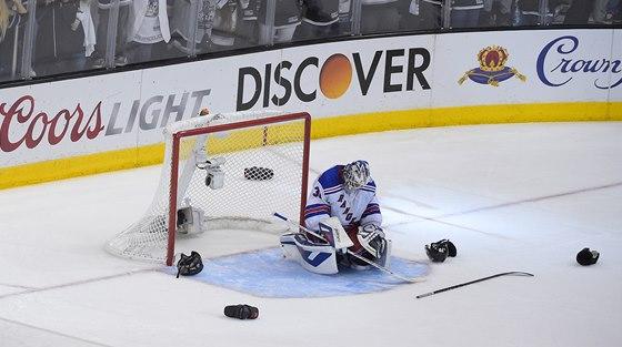 JE PO V�EM. Brank�� New York Rangers Henrik Lundqvist po v�t�zn�m g�lu Los...