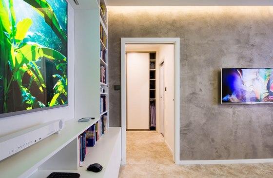 V celém bytě byla použita jednotná vinylová podlaha. Dveře do předsíně jsou posuvné do pouzdra ve zdi, šetří tak místo.