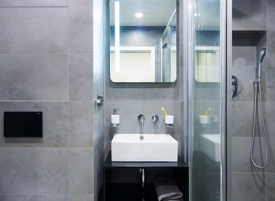 Koupelna je v pánském stylu.