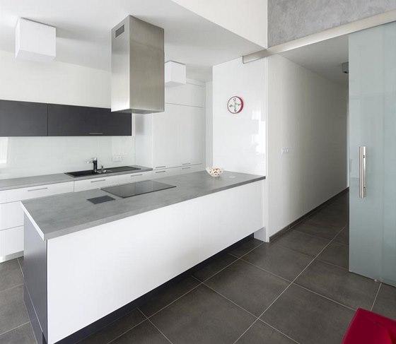 Také kuchyňská linka ctí základní barevný koncept: skříňky z bíle lakovaných