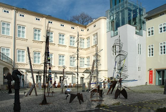 """Karneval v Benátkách"", skupina třímetrových kompozic-postav z kovu a skla,"