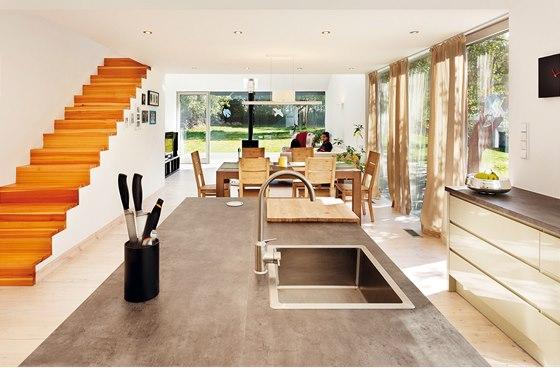 Hlavní obytný prostor. Schody vedou na galerii otevřenou nad kuchyni i obývací