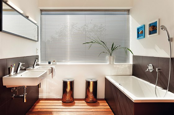V hlavní koupelně působí velmi přirozeně podlaha z exotického dřeva ipe.