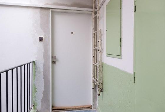 Nové vstupní dveře, kde je třeba ještě vyřešit prah dveří a prostor vymalovat.