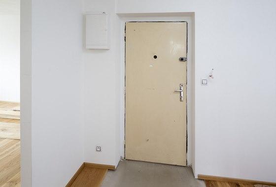 Stav vstupních dveří před jejich výměnou – pohled zinteriéru bytu