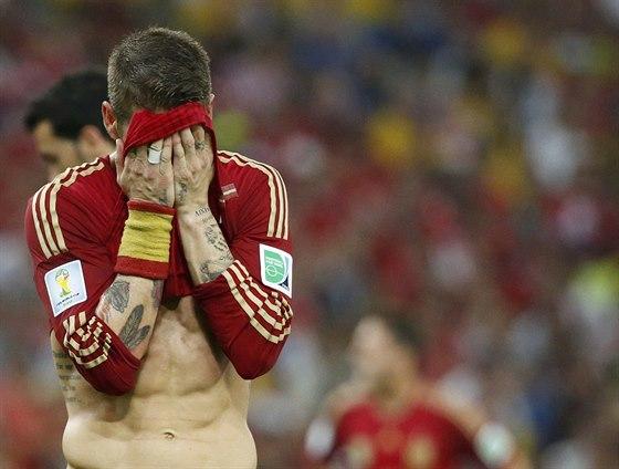 SMUTEK. Španělský obránce Sergio Ramos schovává zklamaný obličej do dresu.