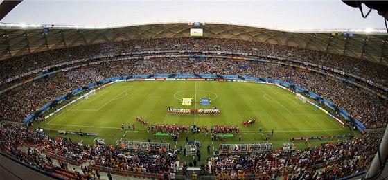 ZAPLNĚNÝ STADION V AMAZONII. Na jeho trávník právě nastoupili hráči Anglie a