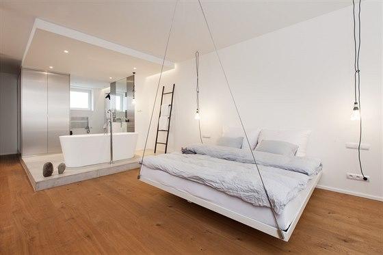 Levitující postel v patře je další překvapující prvek.