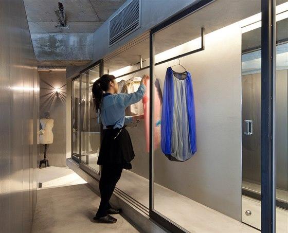 Architekt Keiichi Kiriyama se sna�il, aby se mlad� majitelce bytu poka�d�, kdy�...