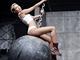 Konrtoverzn� zp�va�ka Miley Cyrus se sv�m klipem Wrecking Ball trh� na YouTube...