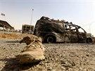Ohořelé vozidlo irácké armády v uliciích Mosulu (11. června 2014)