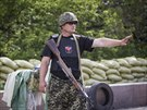 Proruský ozbrojenec na kontrolním stanovišti nedaleko Doněcku (10. června 2014)