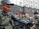 Příslušníci ukrajinské Národní gardy před sídlem vlády v Kyjevě (10. června...