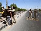 Irácké bezpečnostní složky střeží příjezdovou cestu do hlavního náborového...