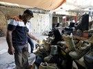 Irácký šíita si vybírá příhodné kanady, ve kterých by se mohl pustit do boje se...