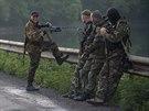 Proruští separatisté na kontrolním stanovišti u vesnice Karlivka nedaleko...