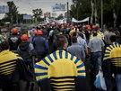 Horníci z Doněcku demonstrují za mír na východě Ukrajiny. Někteří z nich mají...