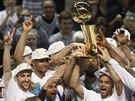 Rozesmátí basketbalisté San Antonia oslavují zisk titulu v NBA.