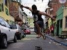 Skateboardista si užívá jízdu v ulicích Fortalezy. Město už se chystá na...