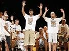 HVĚZDY ZDRAVÍ DIVÁKY. Tim Duncan (uprostřed) a Manu Ginobili při oslavách...