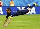 MĚKKÉ PŘISTÁNÍ. Po gólové rybičce padá Robin van Persie na trávník.