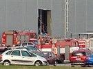Hasiči u skladu v Bezděčíně na Mladoboleslavsku, kde se zřítily regály s...