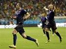 Robin van Persie slaví jeden ze svých dvou gólů do sítě Španělska.