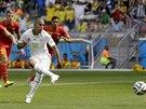 Sufján Fighúlí právě proměnuje pokutový kop a dostává Alžírsko do vedení v...