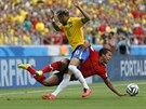 Brazilská hvězda Neymar v souboji s mexickým útočníkem Giovanim