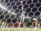 Brazilsk� brank�� Julio Cesar se marn� natahuje na m��, kter� skon�il t�sn� nad...