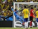 Mexický brankář Guillermo Ochoa zasahuje a přivádí Brazilce k nepříčetnosti