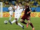 Korejec Kim Jong-kwon (vlevo) odehrává míč před Rusem Alexandrem Kokorinem