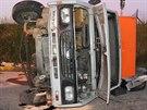 Řidič s pečivem dostal smyk a auto skončilo na boku (11. června, 2014).