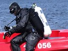 Policejní potápěči hledají v Brněnské přehradě utopený invalidní vozík (15....