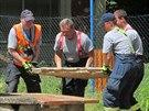 Hasiči zabezpečují studnu, do které v pondělí dopoledne spadli dva chlapci (16....