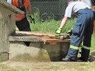 Hasiči zabezpečují studnu, do které se v pondělí dopoledne zřítili dva chlapci...