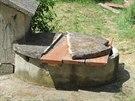 Studna, do které se v pondělí dopoledne zřítili dva chlapci (16. června, 2014).