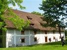 Barokní sýpka v Raduni stojí v parku nedaleko tamního zámku.