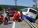 Při nehodě autobusu nedaleko Oder zasahovalo hned několik sanitek a dva...