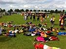 VŠICHNI NA ZEM! Nizozemské děti napodobují závěr gólové akce Robina van...