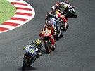 V ZATÁČCE. Valentino Rossi ve vedení Velké ceny Katalánska před vítězem Markem