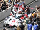 Andre Lotterer, Benoit Treluyer a Marcel Fassler z týmu Audi oslavují triumf v