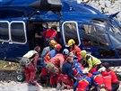 Záchranáři po dvanácti dnech vytáhli z bavorské jeskyně Riesending-Schachthöhle...