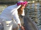 První svatba mezi člověkem a delfínem. Jednačtyřicetiletá britská milionářka...