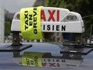 Žlutá stuha přes označení pařížského vozu taxi indikuje připojení se k...