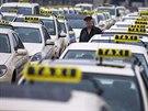 Nměecký šofér taxi poslouchá proslovy kolegů během protestu v Berlíně (11....